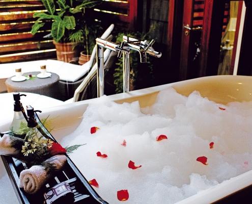 ©Elewana Arusha Coffee Lodge - Plantation Suite Bathroom